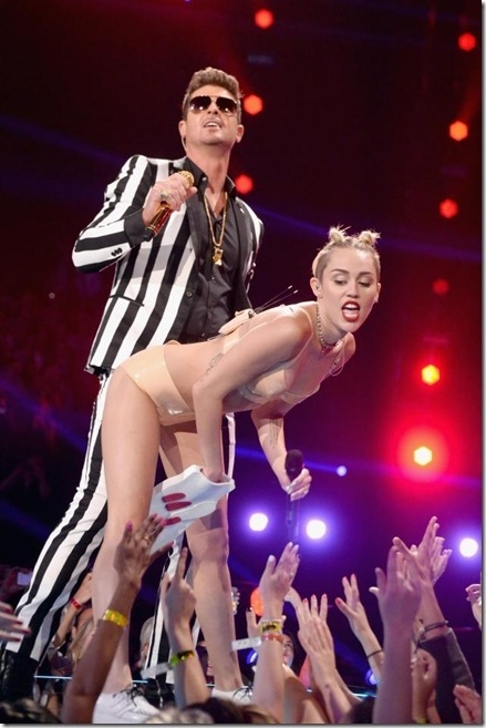 Miley Cyrus Twerking with Robin Thicke_thumb[1]